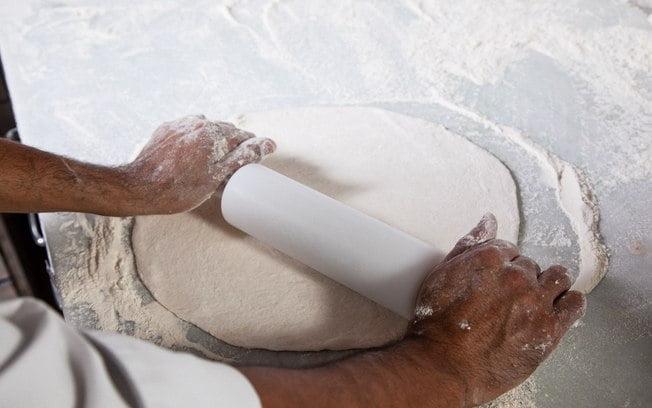 Maneiras de abrir massas de pizza com rolo