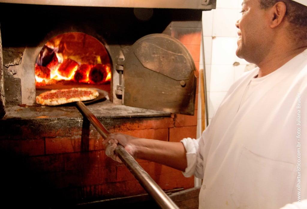 Assando pizza no forno a lenha