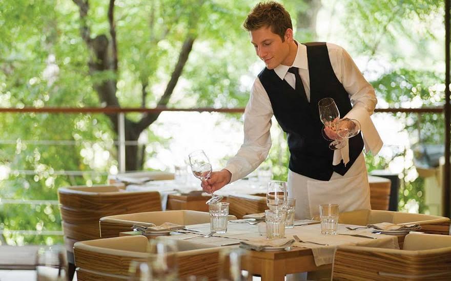 Aprenda como contratar um garçom