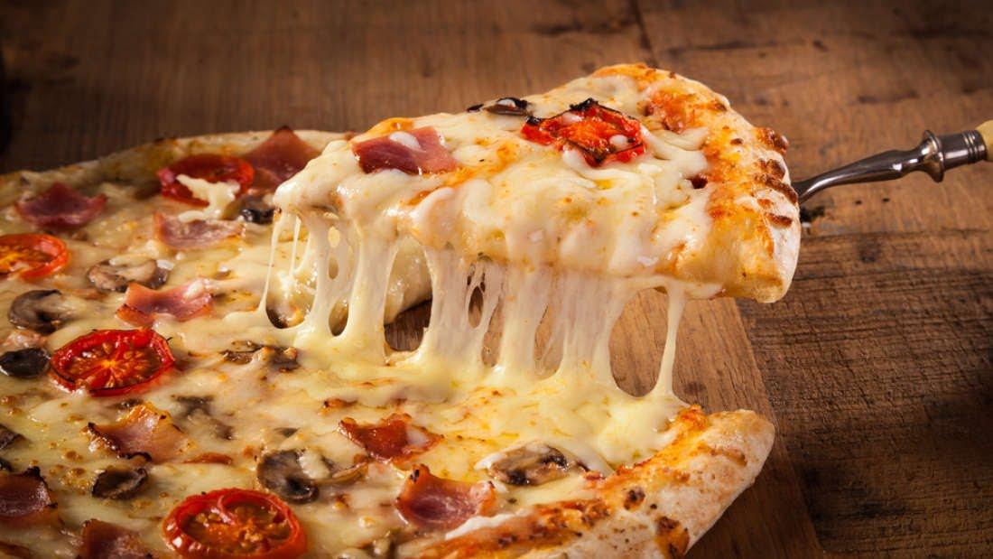 Como montar uma pizza com borda recheada