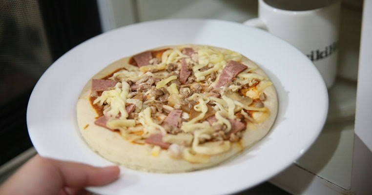 Como assar pizza no microondas